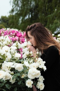 sniffing-flowers-1348656_640